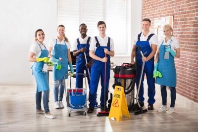 کارگر نظافتچی منزل در استاده