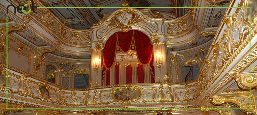 گچبری سلطنتی و قدیمی با استفاده از رنگ طلایی