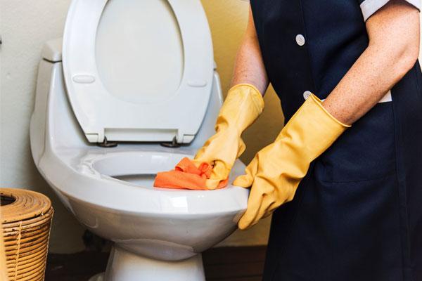 تمیز کردن توالت فرنگی