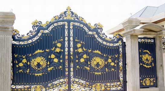 رنگ آبی برای درب ورودی